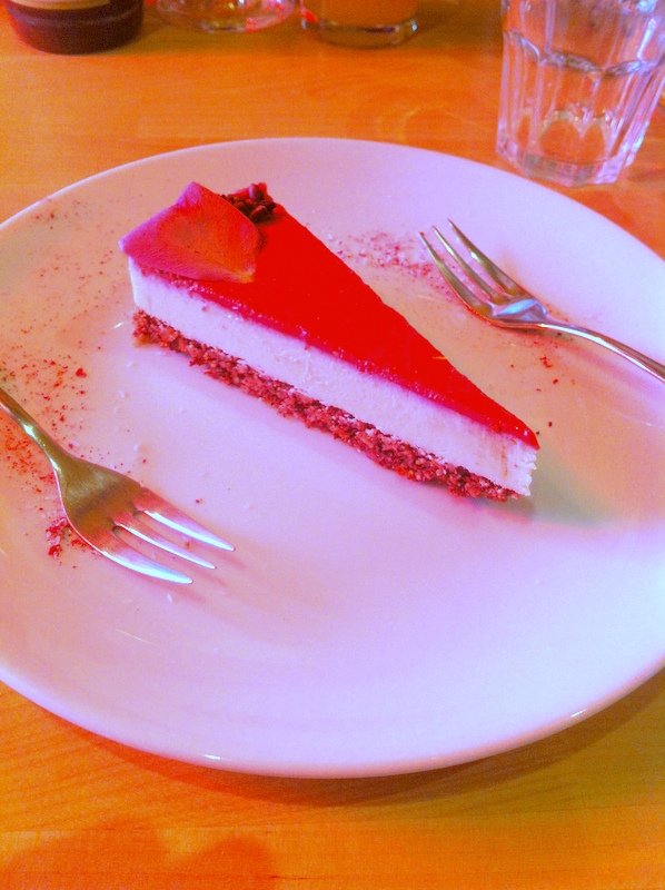 """Veganer Rohkost Cheesecake im """"Dancing Sihiva"""" Wien"""