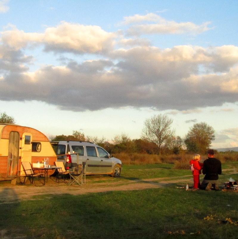 Griechenland Nachtlager mit Feuerstelle- leben im Camper- Minimalsimus- ortsunabhängigkeit- frei- reisen mit Kind