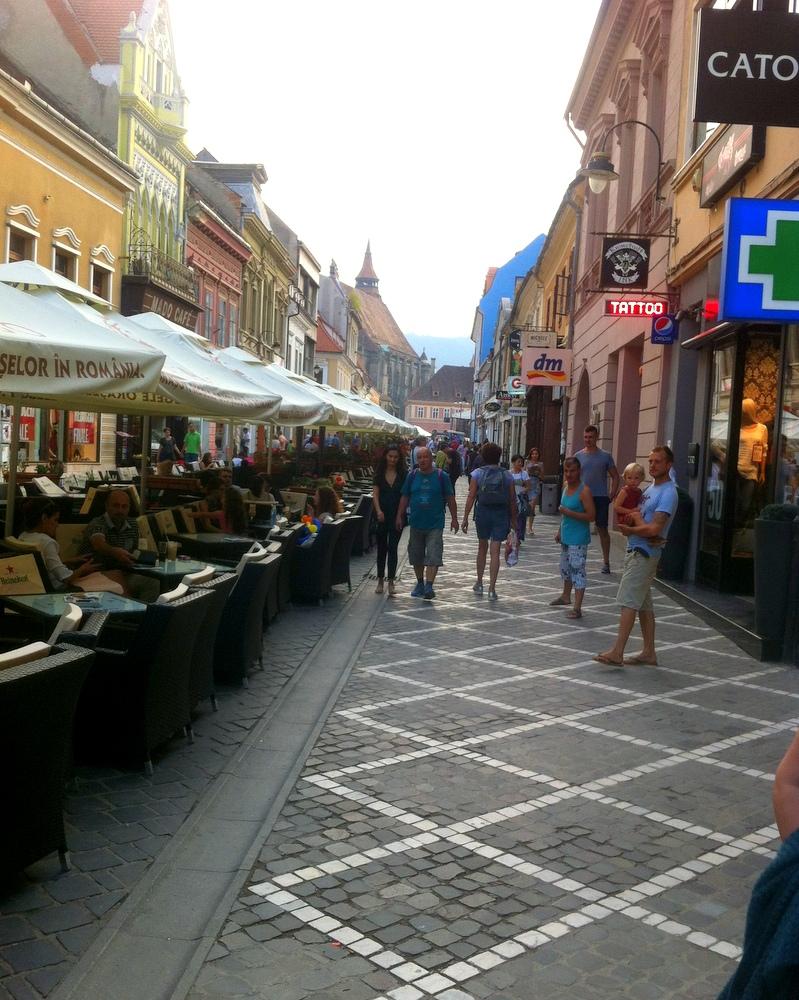 Brasov, Fussgängerzone- einen Tag in der Stadt-reisen im Camper-Ferien-Urlaub-reisen mit Kind-Vegan