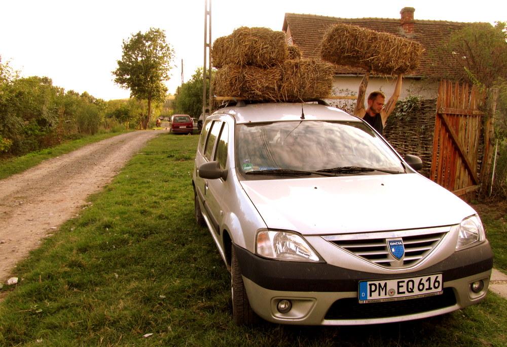 Rumänien-Stanicova help x en auf einem Hof, Strohtransport - reisen mit Kind-leben im Camper