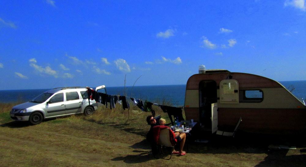 Neue Heimat- wilder FKKG Strand am Schwarzen Meer-Tisch steht- Wäscheleine hängt-reisen mit Kind- Urlaub- Camper-Rumänien- Schwarzes Meer