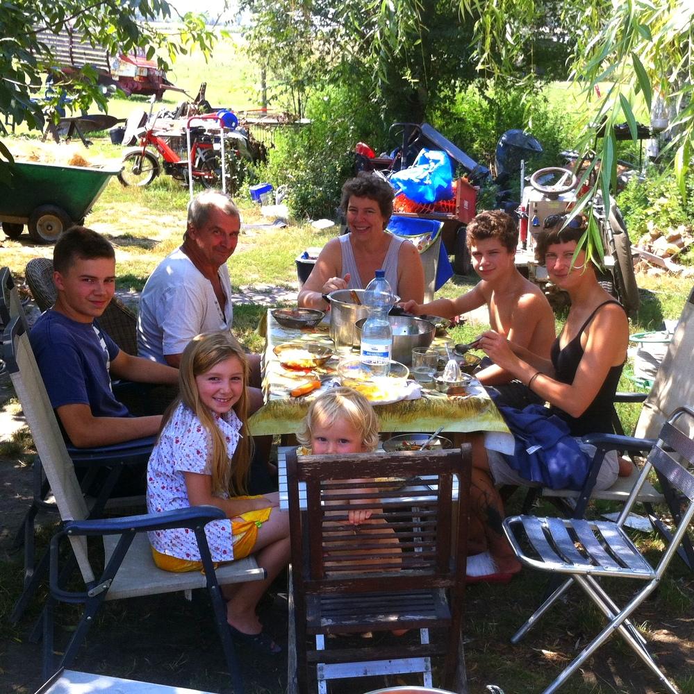 Reisen mit Kind, nebenbei helpx bei einer Familie, gemeinsames Mittagessen auf dem Hof