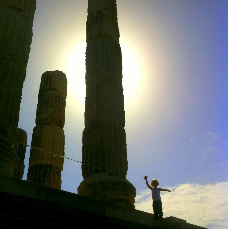 Weihnachten in Griechenland- Tempelanlage im Sonnenschein-resien mit Kind