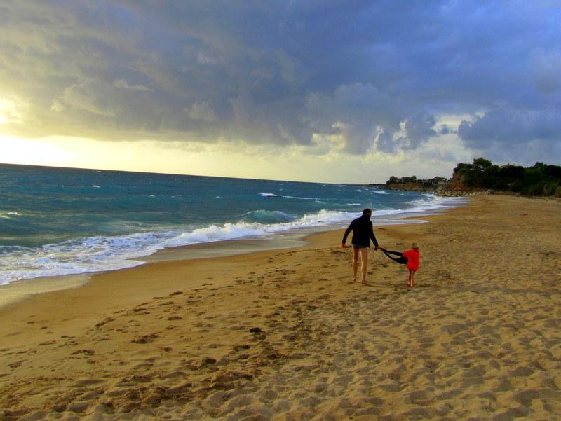 Peleponnes-Griechenland im Winter-der Golden Beach lädt bis Anfang Dezember zum baden ein-reisen mit Kind
