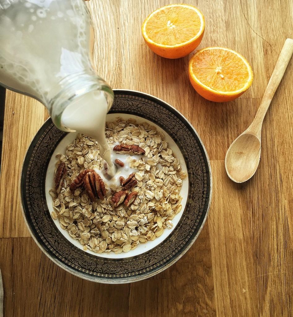 frische Mandelmilch zum Müsli-Vegan-Paleo-Rohkost-Milch Alternativen-Allergie