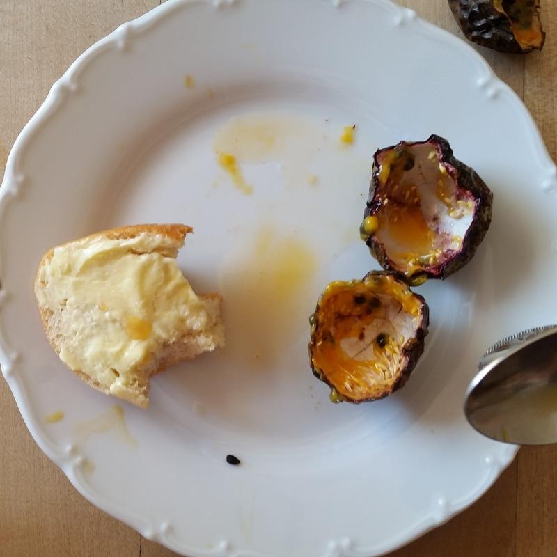 Brötchen Frühstück- Maracujas- Kinderfrühstück- am Morgen- Noamden- ortsunabhängig-Familientisch