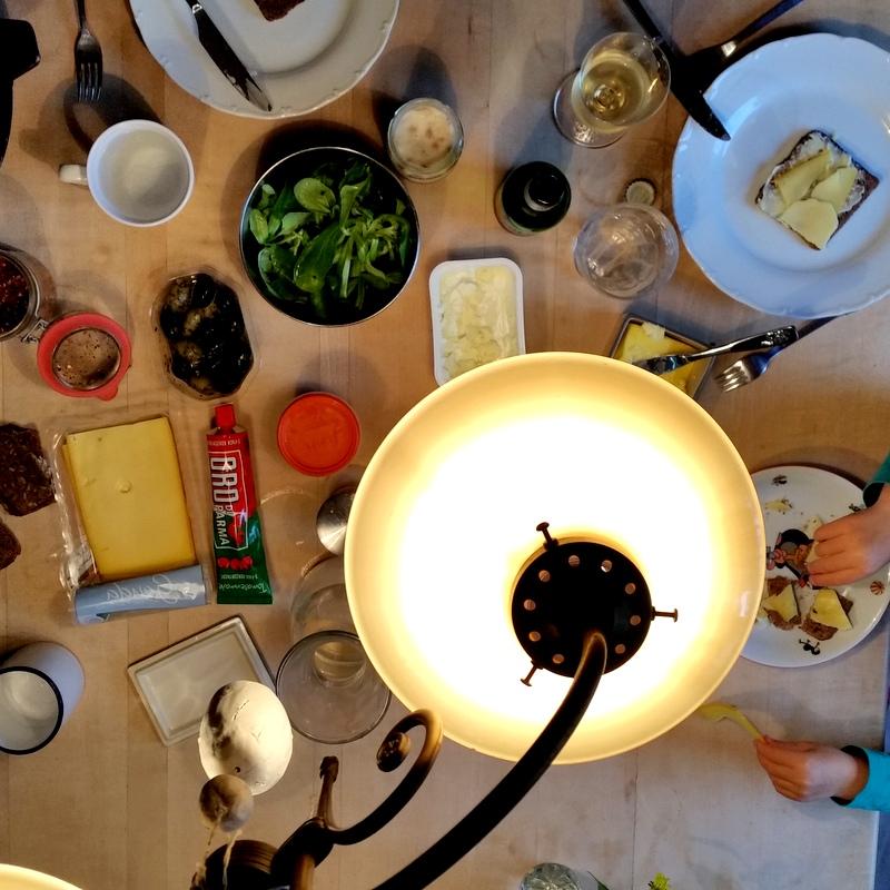 Abendbrot- Familie- Familienessen- Abendbrotstisch- Nomaden- ortsunabhängig