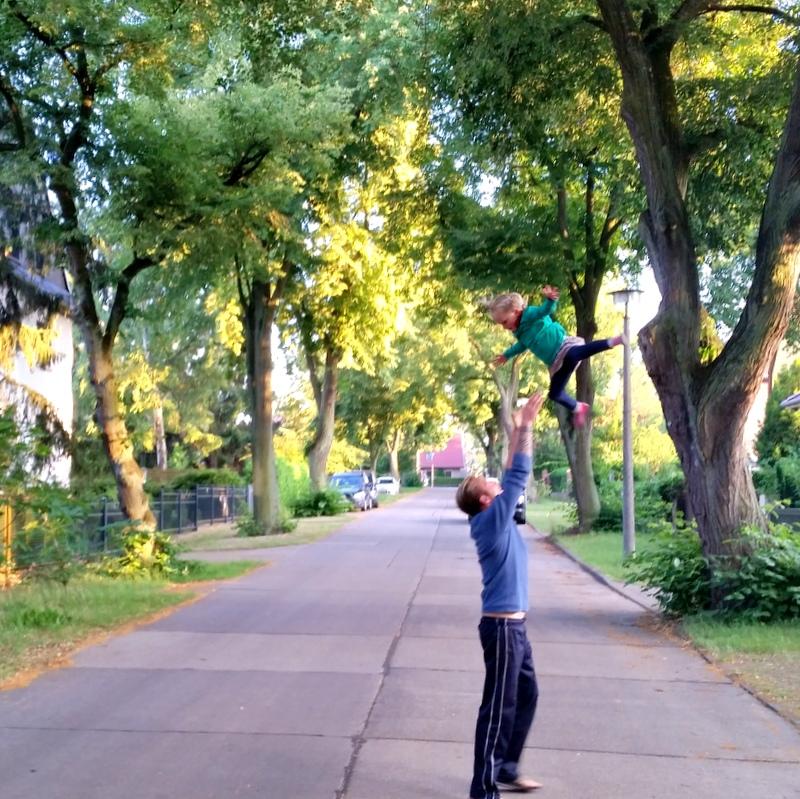 Vater- Abendspaziergang- Vater und Tochter- Sport- Nomaden- ortsunabhängig- Sommer in Berlin