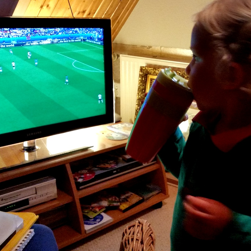 Fussball- EM- Deutschland gegen Italien- Familienabend- Couch- Ruhen- Ende des Tages- Nomaden- ortsunabhängig