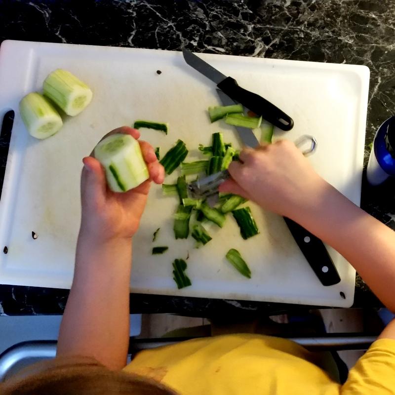 Kinder in der Küche- kleiner Koch- Gurken schneiden- Früchstücksbox- Picknick mit Kindern