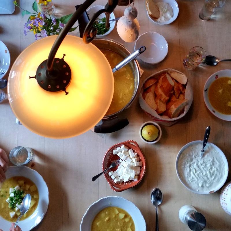 gemeinsames Abendbrot-Familienessen-gelbe Linsen-alle an einem Tisch