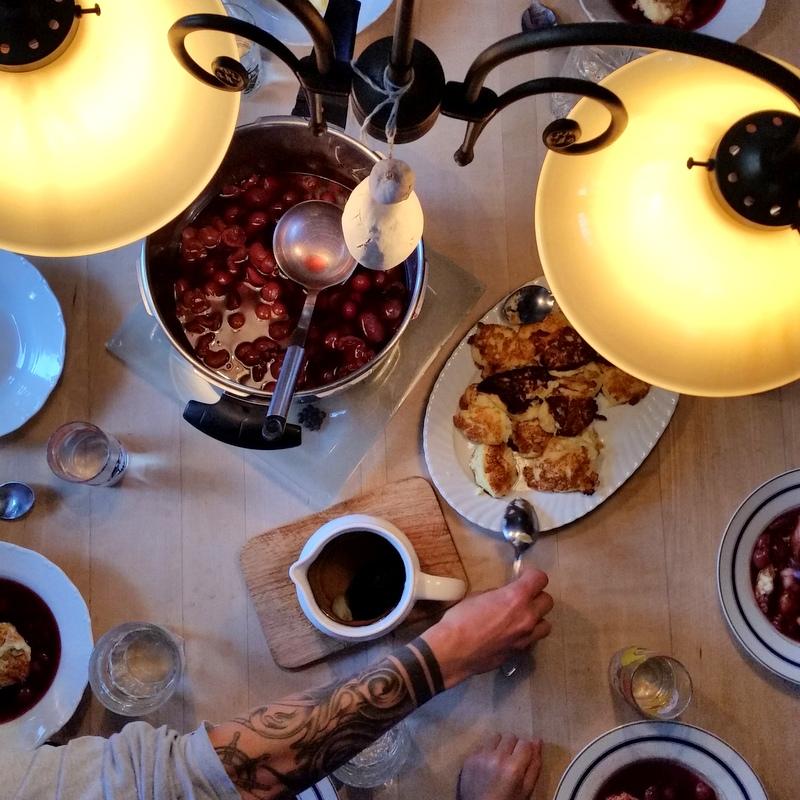 Familienessen- alle an einem Tisch-Kirschsuppe-Griess-Träume-Familie