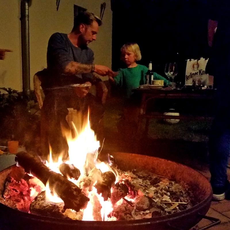 Lagerfeuer-Jagen-alle ums Feuer-Abend-