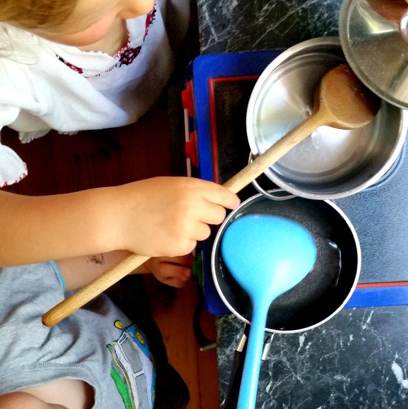 kochen für Kinder-Kinder machen mit-Puppenküche