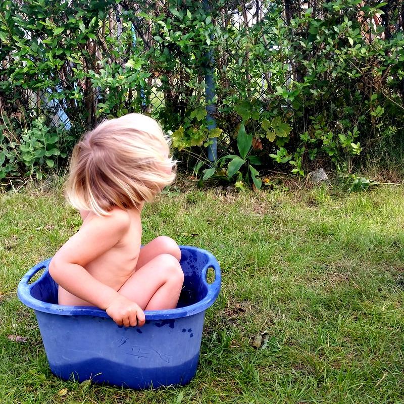 Infinity pool für Kinder-Pool-Gartenpool-baden-planschen-mit wenig dingen-Minimalismus-Kindheit