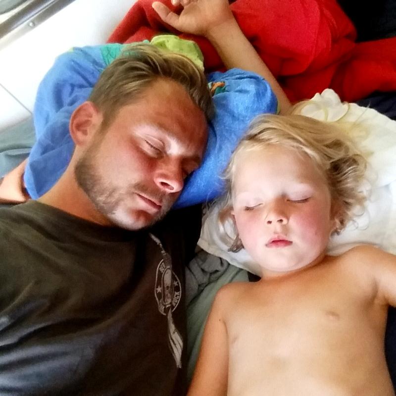 Mittagsschlaf- Kind- Vater- unterwegs- im Wohnwagen- Ruhe-Schulfrei Festival