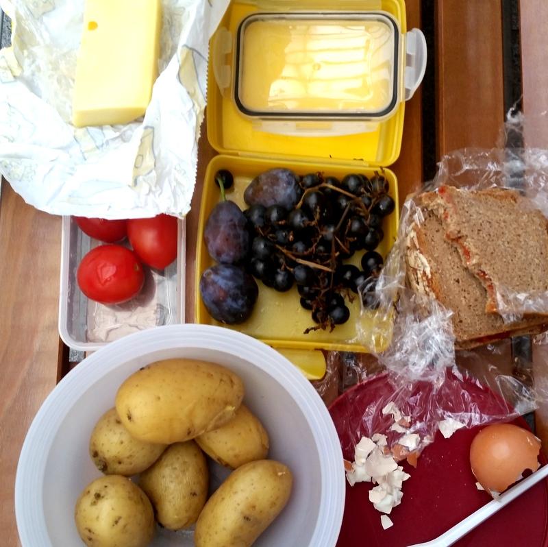 Picknick unterwegs- Essen im Bahnhof- Essen mit Kind im Zug
