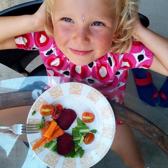 Kind isst Rawfood Neurodermitis Ernährung gesunder Darm gesundes Leben Bali